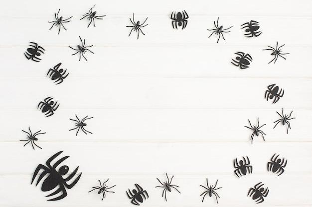 白い背景の上のクモとハロウィーンの装飾。上面図、コピースペース、フラットレイ。