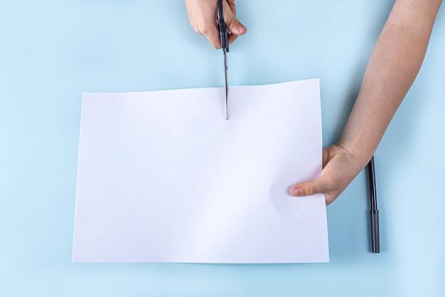Хеллоуин своими руками и детское творчество. пошаговая инструкция изготовления привидений из бумаги. шаг 2