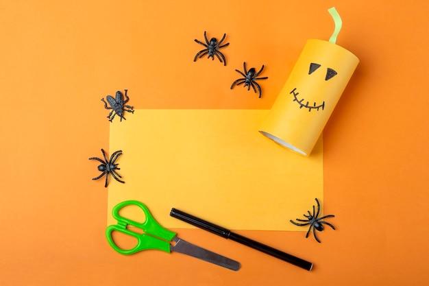 Хэллоуин diy и детское творчество. пошаговая инструкция: изготовление оранжевой тыквы-монстра из тюбика от рулона туалетной бумаги. step2 закончил работу. детское ремесло. экологичная вторичная переработка.