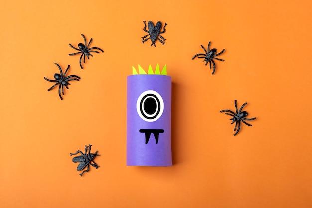 Хэллоуин diy и детское творчество. пошаговая инструкция: изготовление фиолетового монстра из тюбика от туалетной бумаги. step2 закончил работу. детское ремесло. экологичная вторичная переработка.