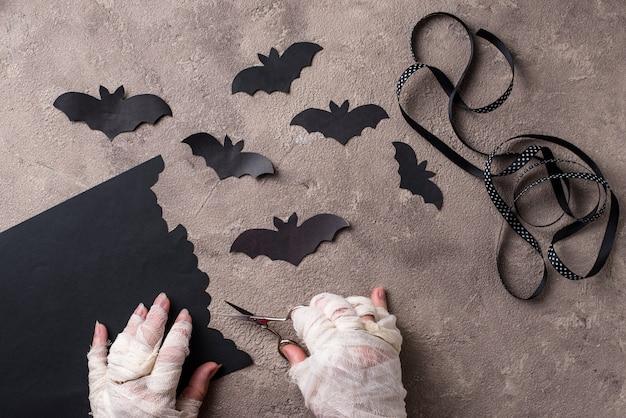 ハロウィーンのdiyのコンセプトです。ミイラはコウモリを紙から作る