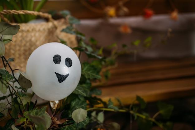 Diy 유령 풍선과 할로윈을 위해 장식된 집의 할로윈 diy 실내 장식 인테리어