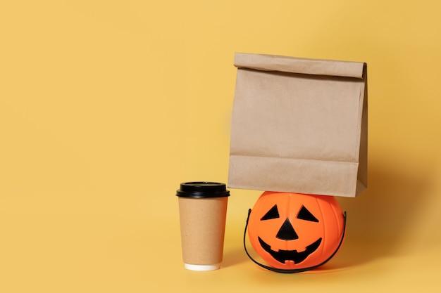 Хэллоуин экологичная бумажная кофейная чашка с тыквой, изолированная желтым мешок для еды на вынос, макет переработка
