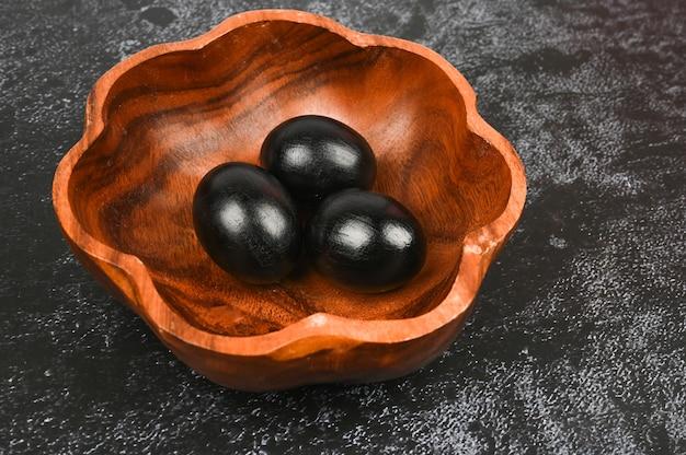 Хеллоуинские яйца. черная концепция пасхи. черные яйца. пасха для черных.