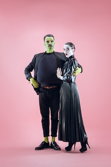 Семья хэллоуина счастливая пара в костюме хэллоуина и макияже кровавая тема сумасшедшая