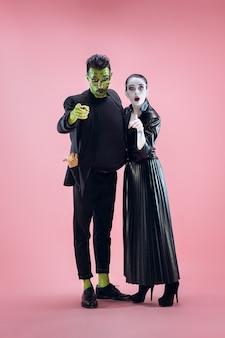 Семья хэллоуина счастливая пара в хэллоуин костюм и макияж