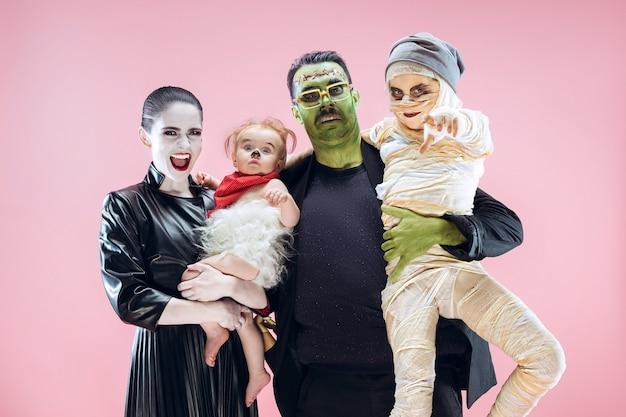할로윈 가족. 할로윈 의상과 메이크업에 해피 아버지, 어머니와 어린이 소녀