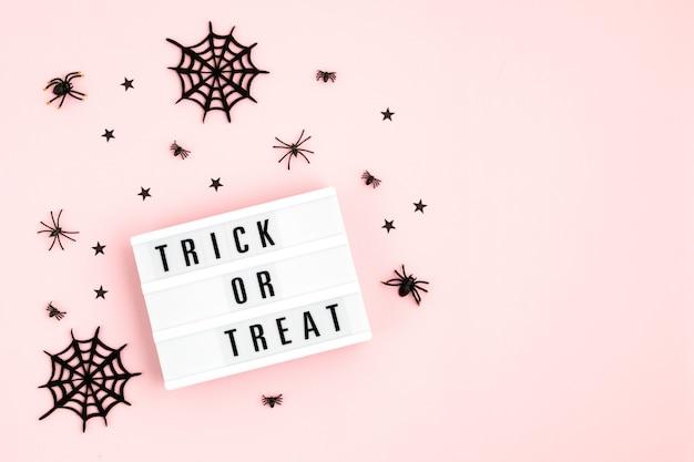 Плоская планировка лайтбокса на хэллоуин с текстом и декором trick or treat