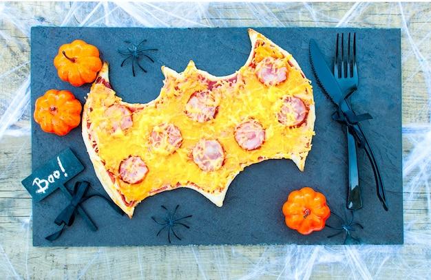 어린이 피자를 위한 할로윈 음식. 키즈 파티 재미있는 미친 음식