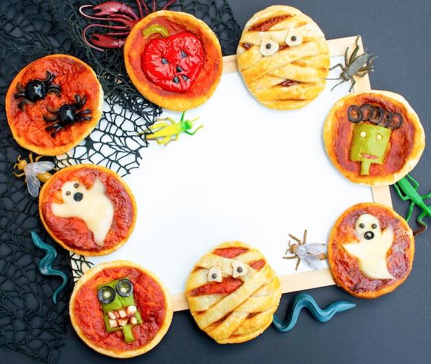 치즈 올리브와 케첩을 곁들인 할로윈 음식 미니 피자 아이들을 위한 재미있는 미친 음식