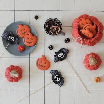 Смешные пряники на хэллоуин в виде тыквы и летучей мыши, вид сверху