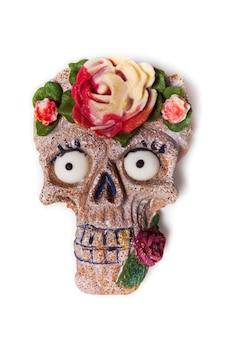 頭蓋骨の形をしたハロウィーンのジンジャーブレッドクッキー。分離された面白い頭蓋骨