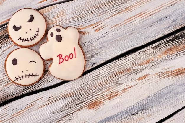 木製の背景にハロウィーンのジンジャーブレッドクッキー。