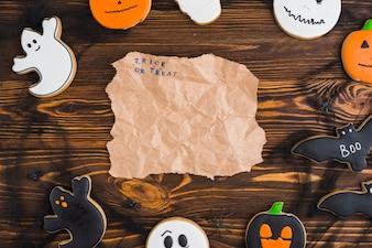 ハロウィーンのジンジャーブレッドは、クラフト紙で円形に配置されています