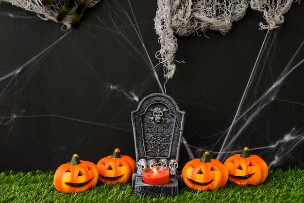 Concetto di cimitero di halloween con zucche