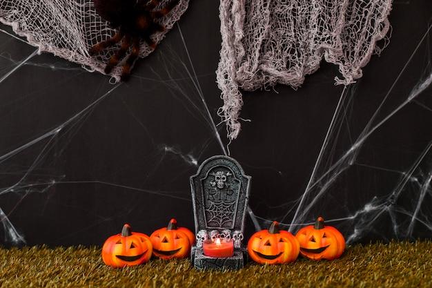 Decorazione del cimitero di halloween con zucche