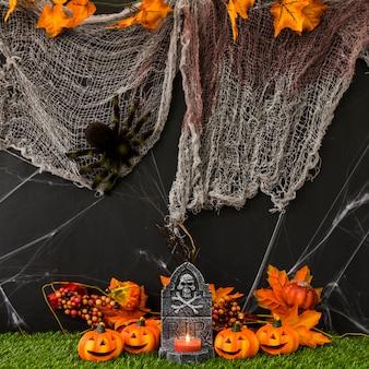 Cimitero di halloween con rete e zucche
