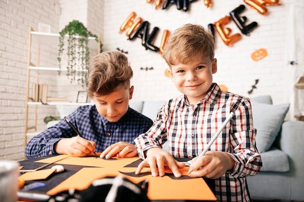 Праздник хэллоуина и фон семейного образа жизни дети готовятся к хэллоуину дома