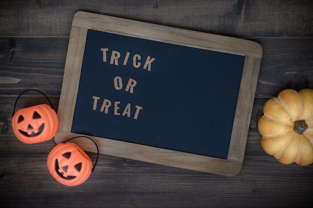 Предпосылка праздника хеллоуина с классной доской и тыквой. вид сверху