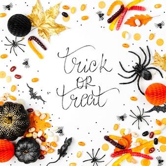 다채로운 사탕, 박쥐, 거미, 호박 및 장식 할로윈 휴가 배경. 플랫 레이. 위에서 보기