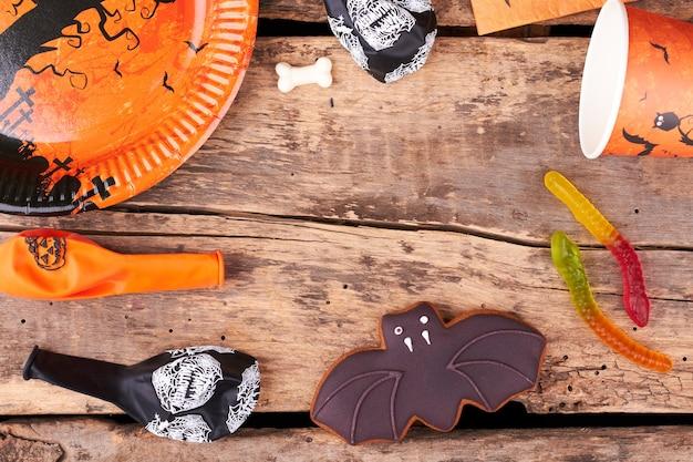 お菓子や装飾品とハロウィーンの休日の背景。