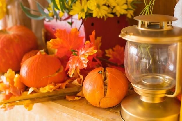 Хэллоуин, концепция праздника - фонарь из тыквы или резная тыква, свечи и осеннее украшение