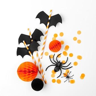 할로윈 휴일 장식입니다. 종이 박쥐와 색종이 조각 줄무늬 빨대, 흰색 배경에 거미. 평평한 평지, 평면도