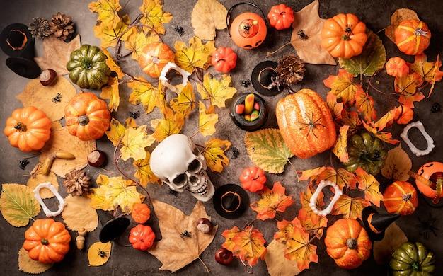 黒の背景にカボチャとキャンディーとハロウィーンの休日の装飾