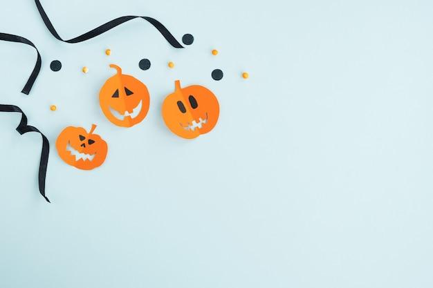 Праздник хеллоуина. смешные лица тыкв и праздничный декор