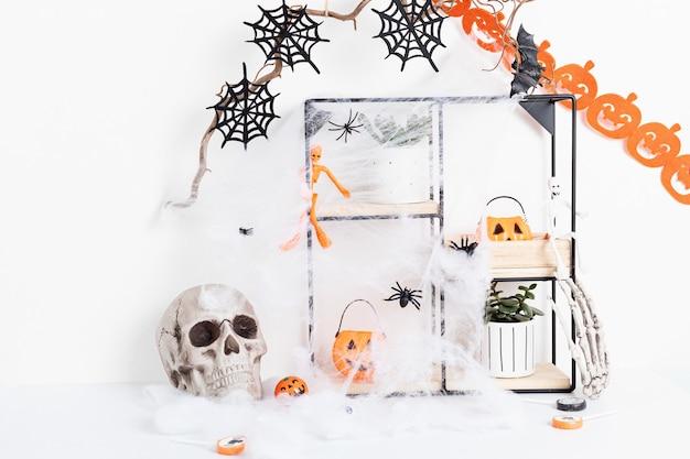 Украшение интерьера хэллоуина с летучими мышами, паутиной, изолированным черепом