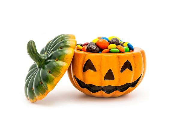 Хэллоуин джек o фонарь ведро, переполненное разноцветным шоколадом