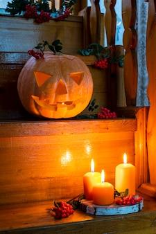 호박과 촛불에서 할로윈 잭 랜턴 가을 오렌지 구성 선택적 초점