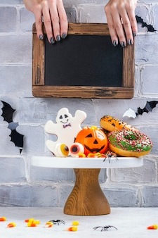 Детский праздничный стол на хэллоуин с конфетами