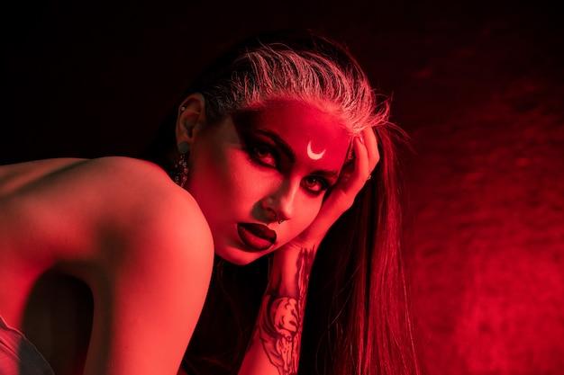 ハロウィーンは完璧な髪型で砂糖の頭蓋骨の美しいモデルを構成します。サンタムエルテのコンセプト。ファッションレトロな調子。
