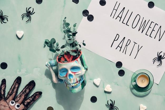 Хэллоуин на мятно-зеленом камне с рукой в чистой перчатке