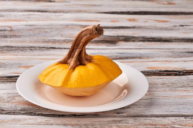 ハロウィーンまたは感謝祭のテーブルの場所の設定。