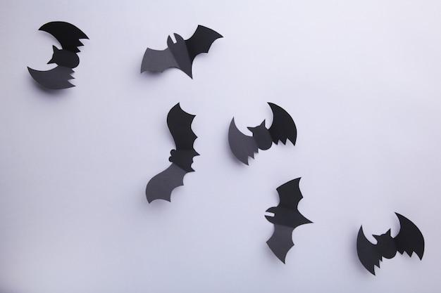 회색 배경에 할로윈 종이 박쥐. 할로윈