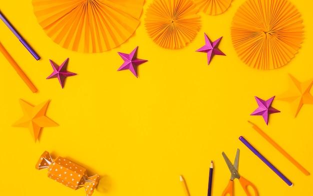 할로윈 종이 오렌지와 보라색 공예 평면 누워. 어린이 계절 예술 테이블 상단보기. 아이 손 공예 개념입니다.