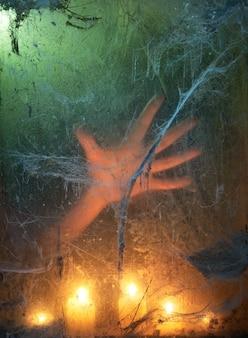 Фон вечеринки в честь хэллоуина. жуткий свет свечи в темной комнате со старой паутиной