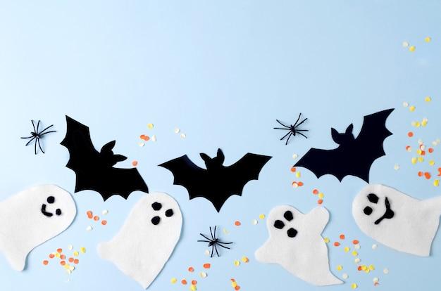 ハロウィーンパーティーカードの背景、装飾、ゴースト、クモ、コウモリの青い背景、上面図