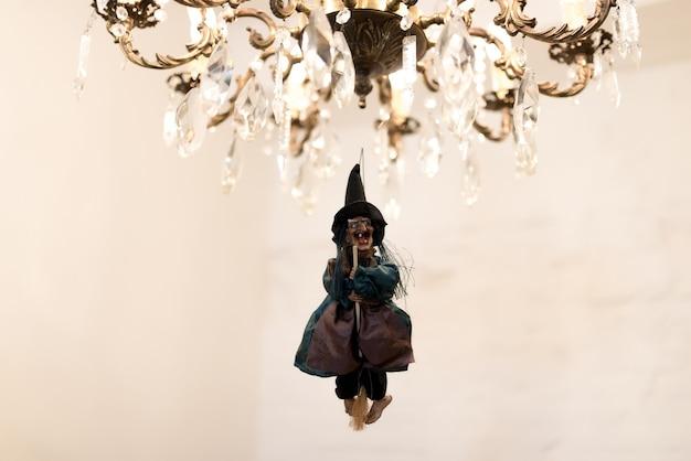 ハロウィーンパーティーの装飾シャンデリアの休日の魔女の準備