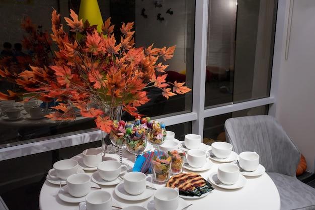 ハロウィーンパーティーの装飾家のテーブルの上のカボチャのクッキーマーマレード