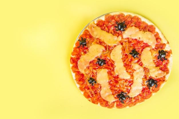 할로윈 파티 속임수 또는 음식, 할로윈 캐릭터 스타일의 재미있는 무서운 피자 - 박쥐, 거미, 잭 오 랜턴 호박, 체다, 모짜렐라, 블랙 치즈