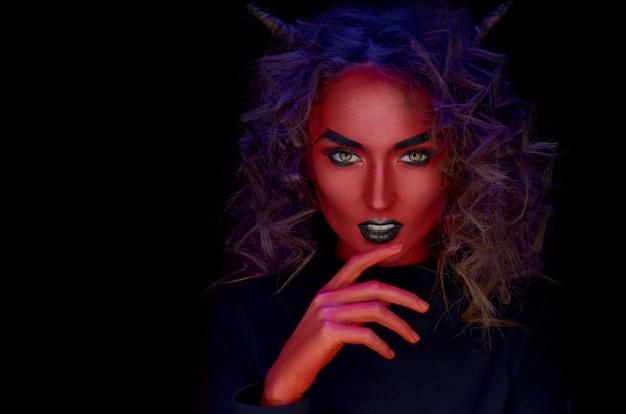 Хэллоуин портрет красное лицо девушки с рогами на голове