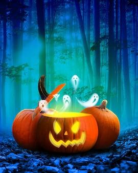 Хэллоуин тыква светится внутри в темном осеннем лесу