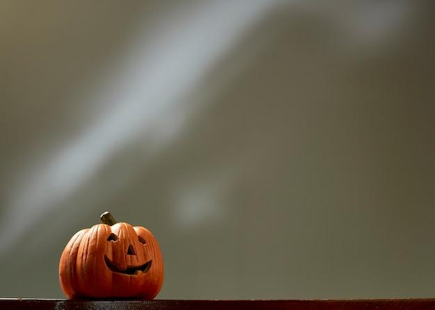 Фонарь jack головы тыквы хеллоуина изолированный с тенью и отражением.