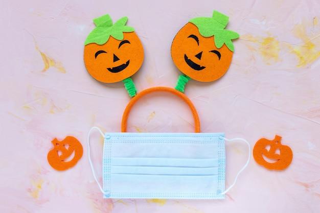 Хэллоуин тыква согнув уши и маска карантинная концепция безопасного празднования covid