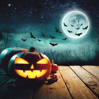 Хэллоуинская тыква в темном лесу