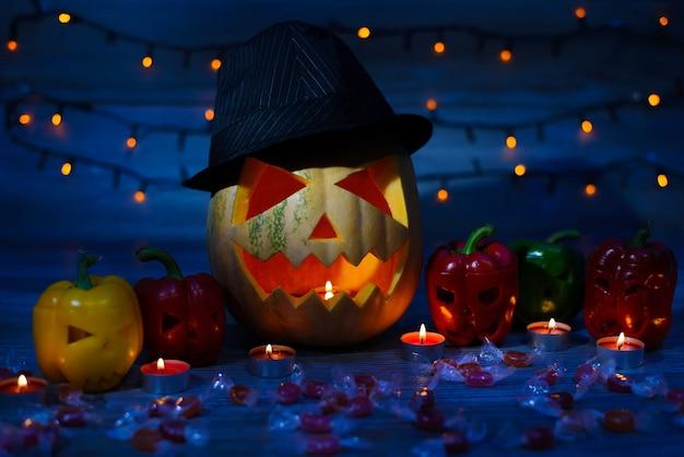 神秘的な影のハロウィーンのカボチャ、曲面のコショウ、キャンディー、ボケ効果ライト、窓枠