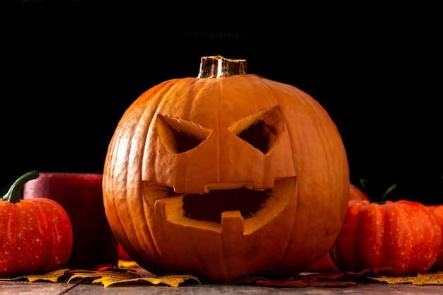 Тыква хэллоуина на деревянном столе и черном фоне